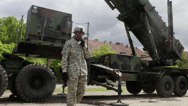 Американский военный стоит рядом с зенитно-ракетным комплексом Patriot на военной базе в Мораге, Польша
