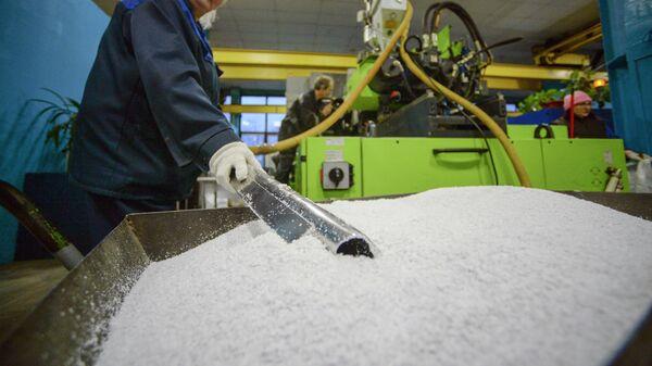 Работница в цехе переработки пластмасс