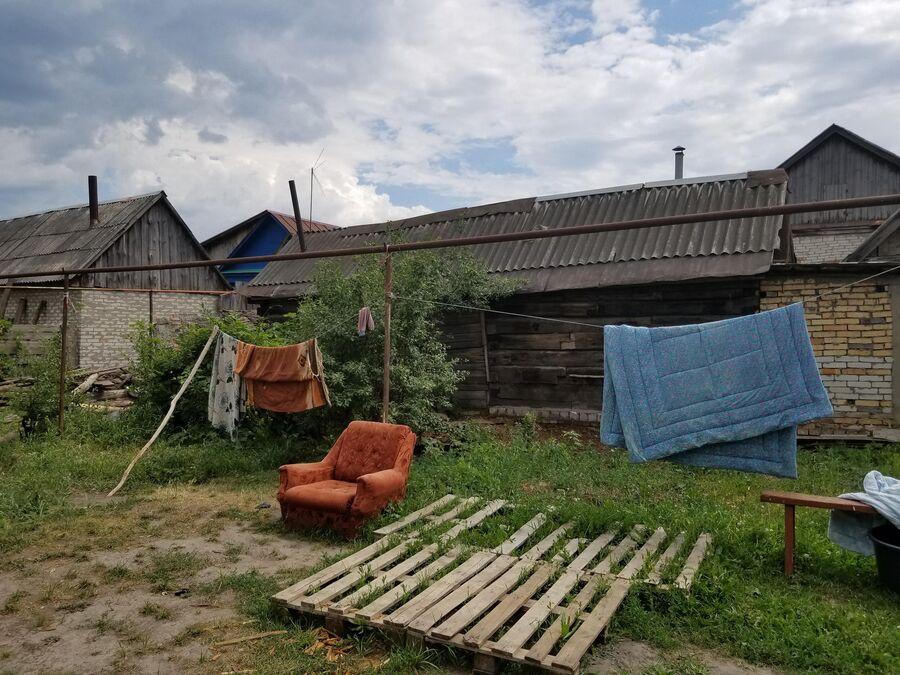 Во дворе одного из цыганских домов в поселке Чемодановка
