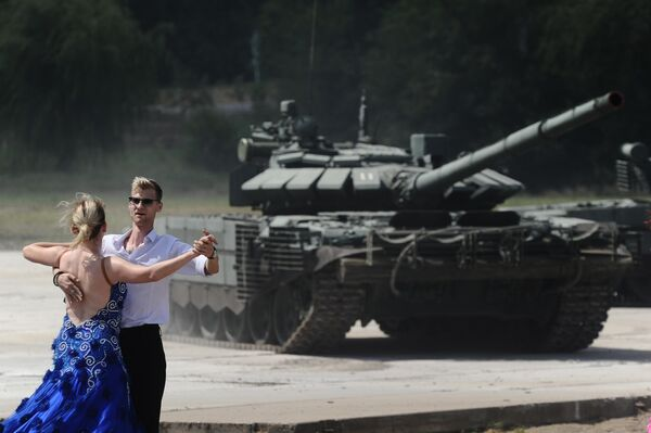 Синхронное движение восьми танков Т-72Б3 под классическую музыку танковый вальс на сводной тренировке динамического показа боевых возможностей вооружения и военной техники с авиацией в рамках предстоящего Международного военно-технического форума Армия-2019