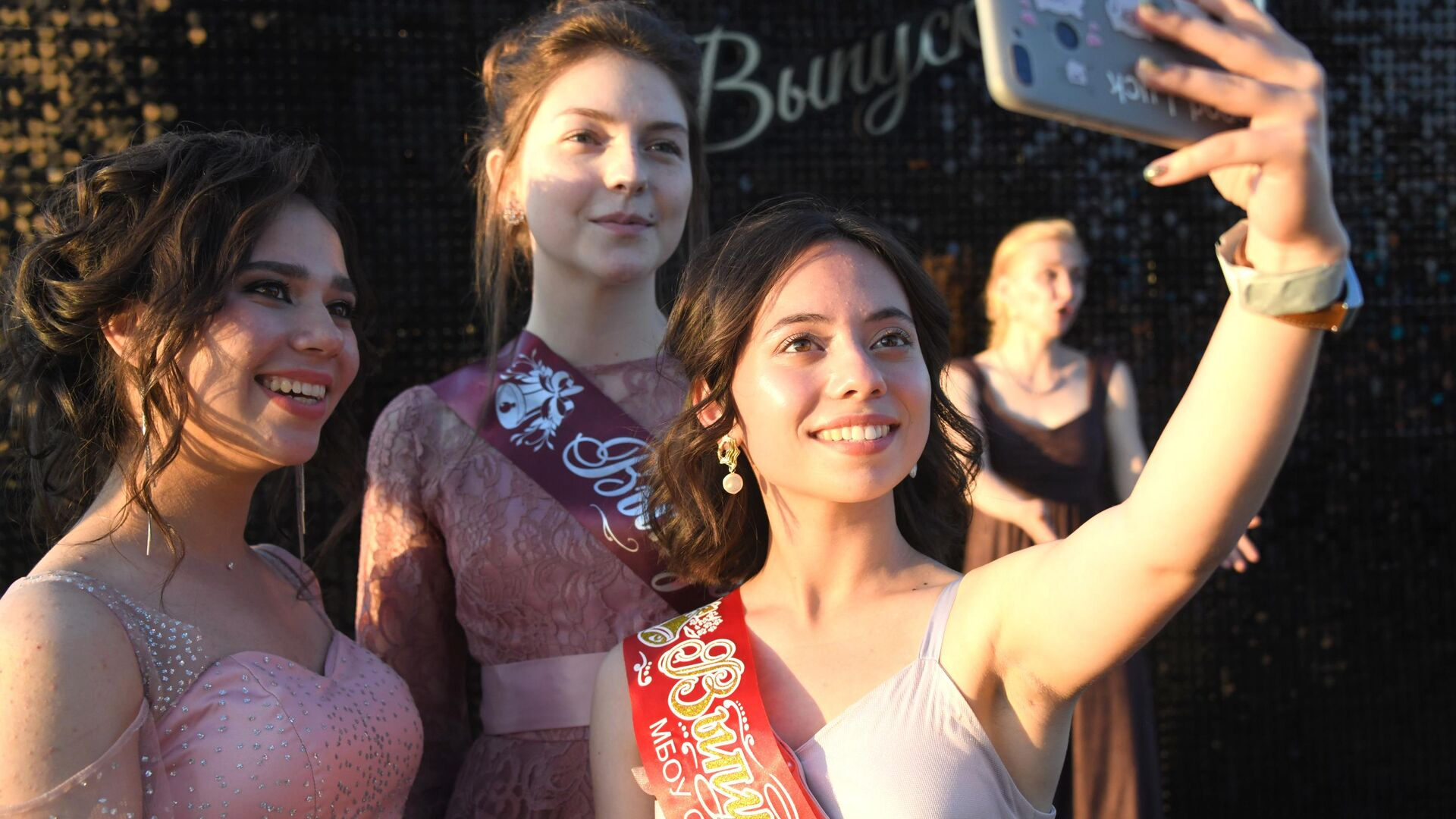Выпускницы во время празднования школьного выпускного в Чите - РИА Новости, 1920, 21.04.2021