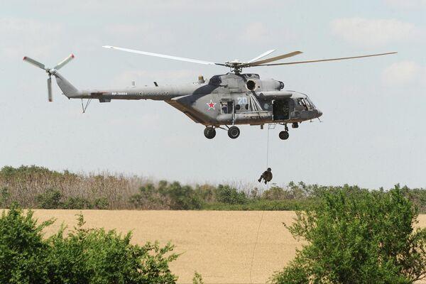 Вертолет Ми-8 совершает полет на сводной тренировке динамического показа боевых возможностей вооружения и военной техники с авиацией в рамках предстоящего Международного военно-технического форума Армия-2019 в парке Патриот