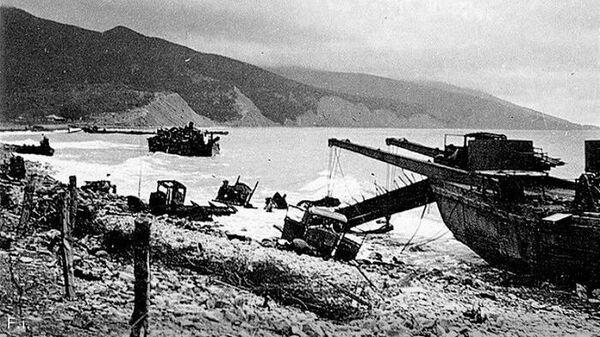 Побережье с разбитой техникой после Южно-Озерейской десантной операции