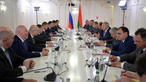 Председатель правительства РФ Дмитрий Медведев и премьер-министр Белоруссии Сергей Румас во время встречи в Минске