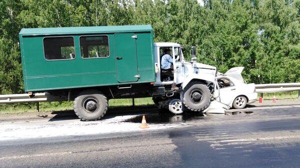 ДТП на 1080 км трассы Р255 Сибирь с грузовиком и двумя легковыми автомобилями. 22 июня 2019