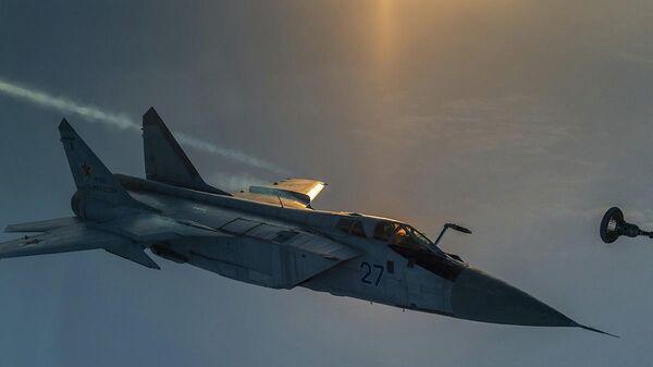Дозаправка высотного истребителя-перехватчика МиГ-31 Тихоокеанского флота в небе над Камчаткой