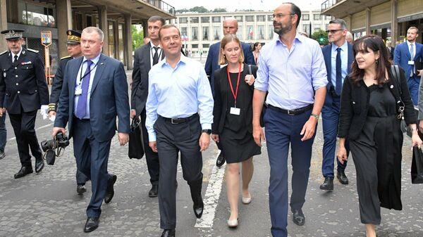 Председатель правительства РФ Дмитрий Медведев и премьер-министр Франции Эдуар Филипп во время прогулки по Гавру