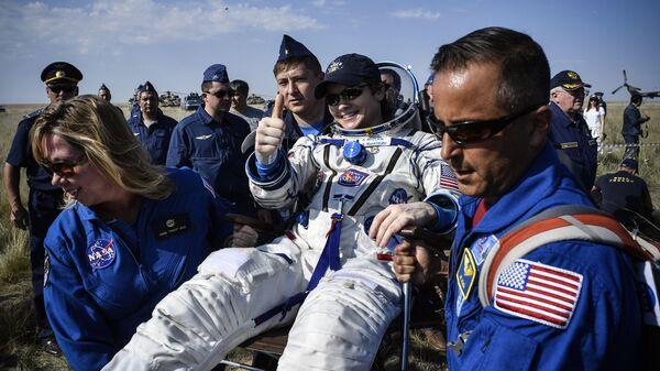 Астронавт НАСА Энн МакКлейн (США) после посадки спускаемого аппарата транспортного пилотируемого корабля (ТПК) Союз МС-11 с международным экипажем длительных экспедиций МКС-58/59 недалеко от города Жезказган в Казахстане