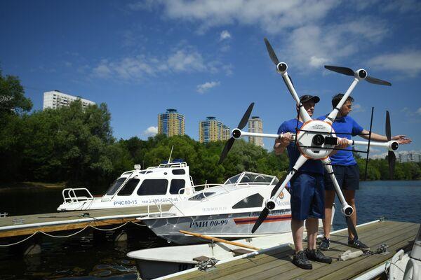 Беспилотный летательный аппарат на поисково-спасательной станции Строгино в Москве