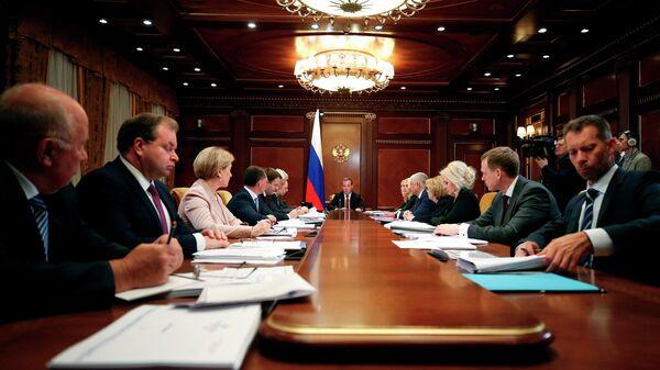 Председатель правительства РФ Дмитрий Медведев проводит совещание о целях развития в сфере демографии. 25 июня 2019