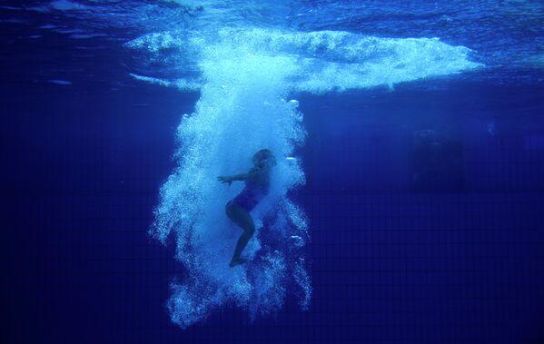 Девушка прыгает в бассейн в Эссене, Германия