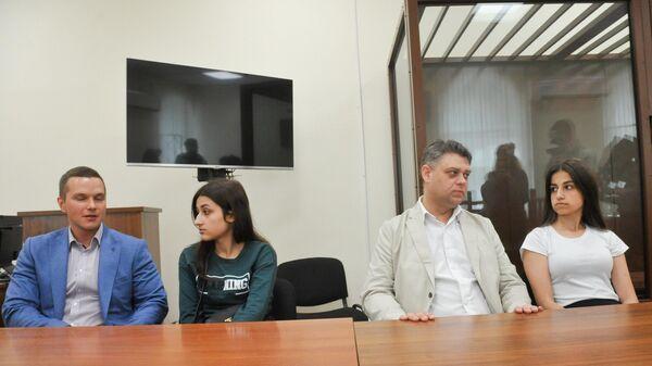 Сестры Хачатурян Ангелина и Крестина, обвиняемые в убийстве своего отца, в Басманном суде