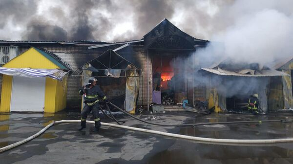 Сотрудники МЧС во время ликвидации пожара в Энгельсе