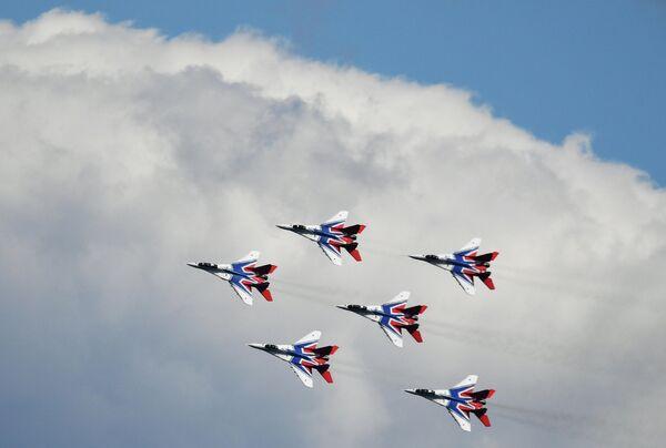 Выступление авиационной группы высшего пилотажа Стрижи на V Международном военно-техническом форуме Армия-2019