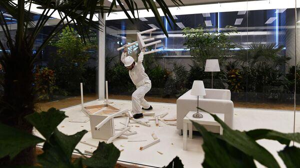 Интерактивная инсталляция американского художника Дага Эйткена Сад на выставке Грядущий мир: экология как новая политика. 2030-2100 в музее современного искусства Гараж