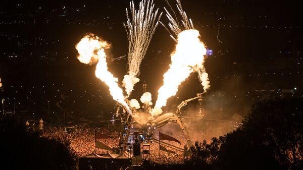 Участники фестиваля  Гластонбери 2017 смотрят шоу Метаморфозы  арт-группы Аркадия