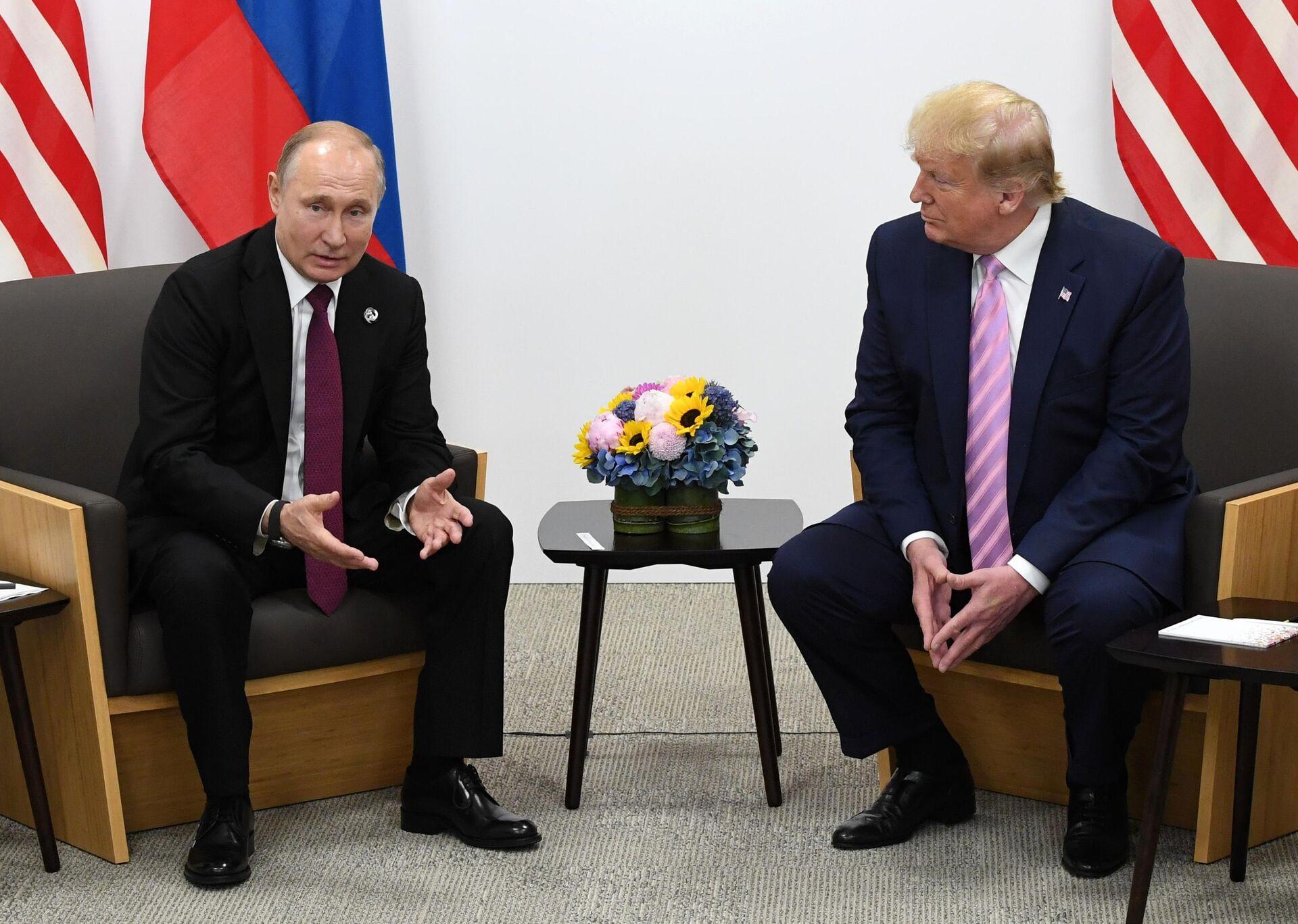 Президент РФ Владимир Путин и президент США Дональд Трамп (справа) во время встречи на полях саммита Группы двадцати в Осаке - РИА Новости, 1920, 30.07.2021