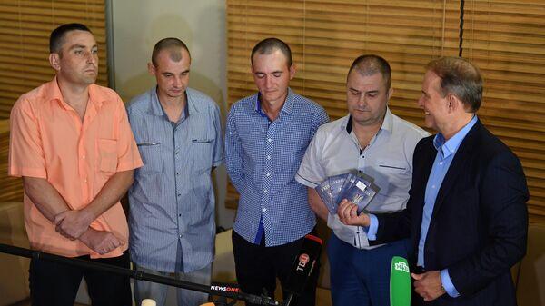 Украинские военнопленные, переданные властями ДНР и ЛНР официальному Киеву, на пресс-конференции в аэропорту Минска. 28 июня 2019