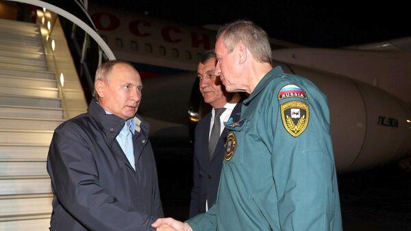 Президент РФ Владимир Путин и губернатор Иркутской области Сергей Левченко во время встречи в аэропорту Братска. 29 июня 2019