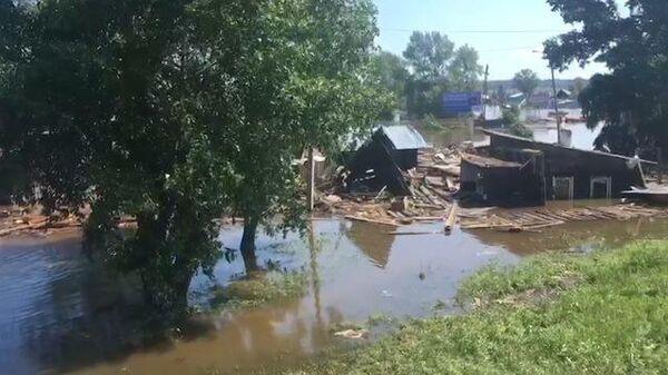 МЧС ликвидирует последствия наводнения в Иркутске: кадры с места событий