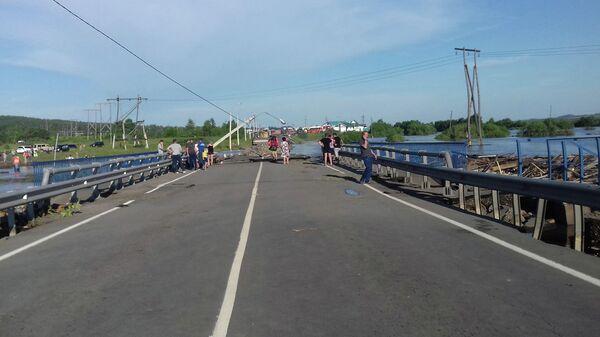 Разрушенная дорога в подтопленном городе Тулуне Иркутской области