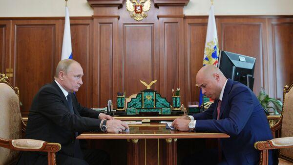 Президент РФ Владимир Путин и временно исполняющий обязанности главы администрации Липецкой области Игорь Артамонов во время встречи. 1 июля 2019