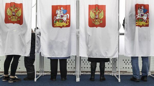Избиратели во время голосования в Москве