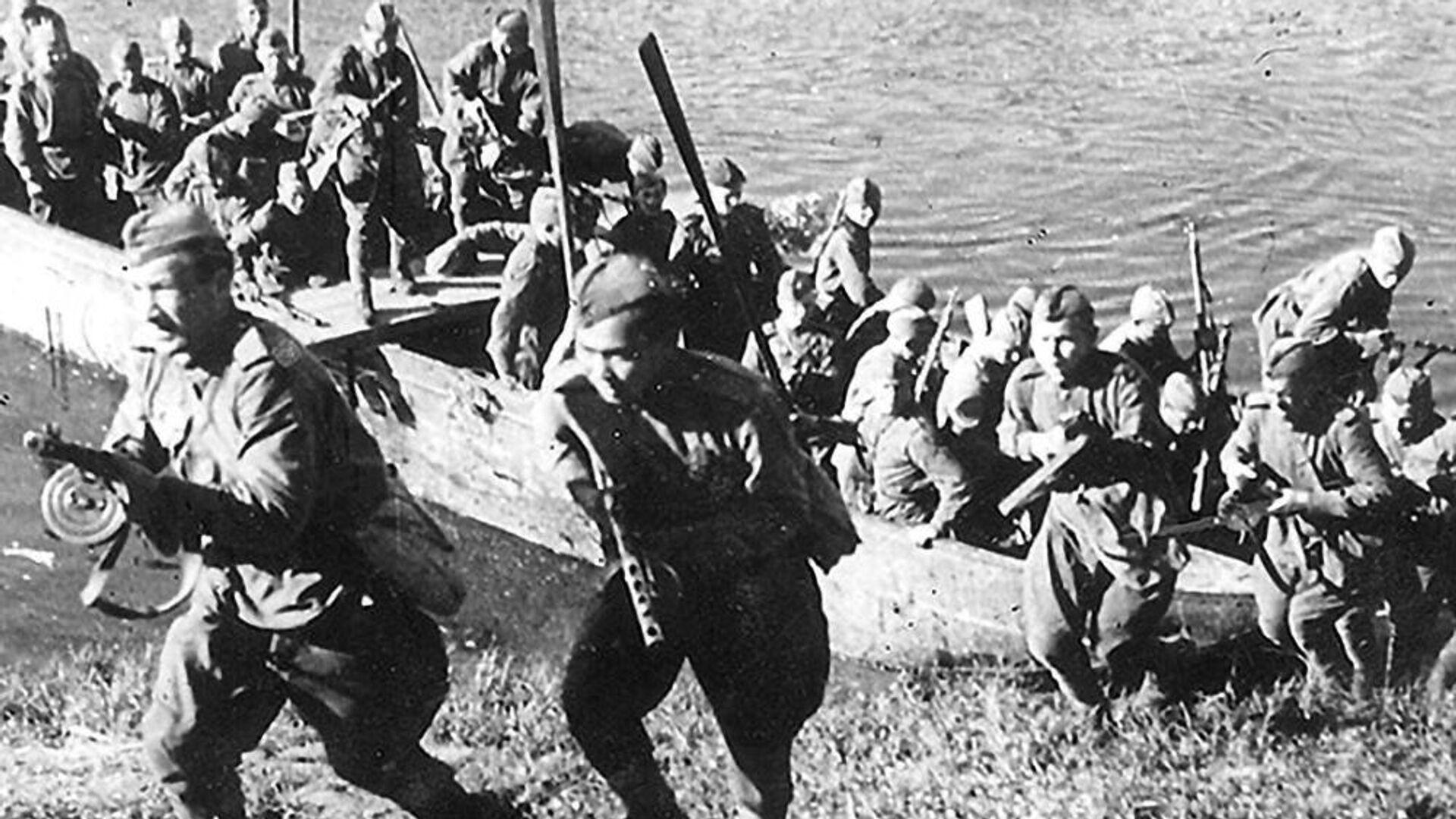 Подразделение 3-го Белорусского фронта форсирует реку Лучеса. Июнь 1944 г - РИА Новости, 1920, 03.07.2019
