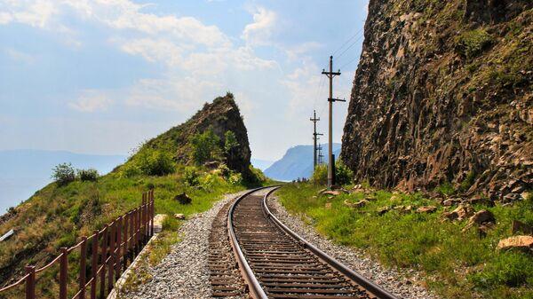 Скала Откол вдоль маршрута экскурсионного поезда на КБЖД