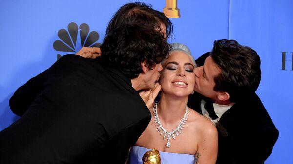 Энтони Россомандо, Эндрю Уайетт и Марк Ронсон  целуют Леди Гагу на церемонии вручения премии Золотой глобус