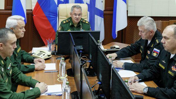Министр обороны России Сергей Шойгу во время совещания с членами комиссии по установлению причин инцидента на глубоководном аппарате в Североморске