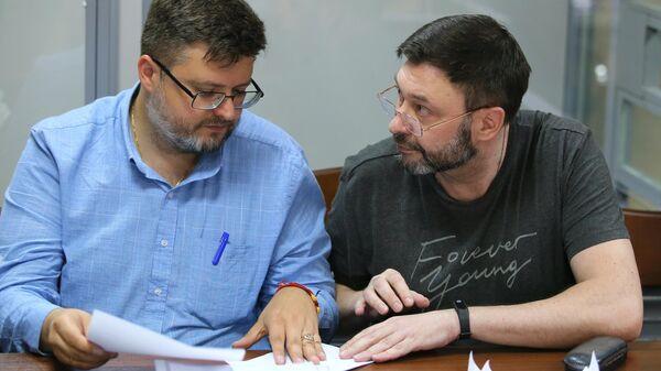 Руководитель портала РИА Новости Украина Кирилл Вышинский и его адвокат Андрей Доманский