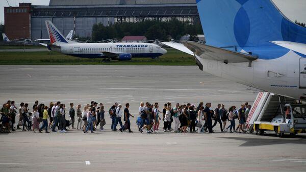 Пассажиры идут на посадку в самолет Boeing 737-800 авиакомпании Pobeda в аэропорту Внуково