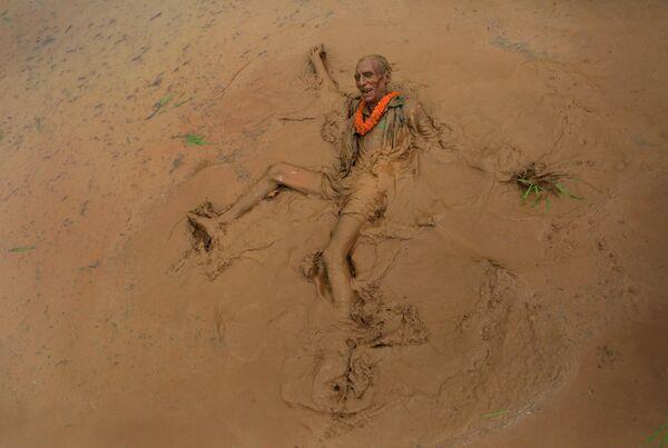 Участник праздника посадки риса Асар Пандра в Непале