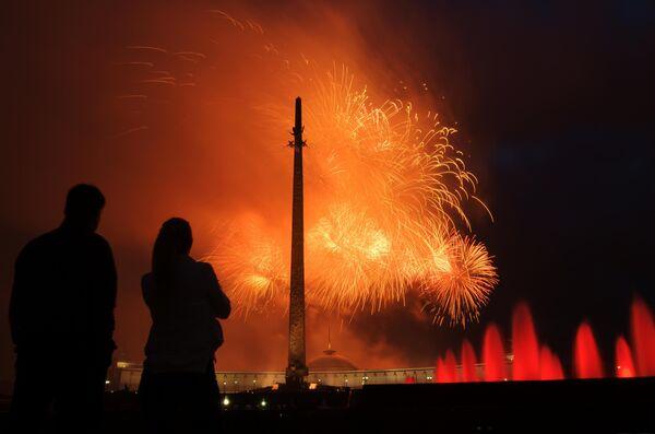 Праздничный салют в честь 75-летия освобождения Минска от немецко-фашистских захватчиков на Поклонной горе в Москве