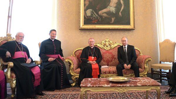 Президент РФ Владимир Путин и государственный секретарь Ватикана, кардинал Пьетро Паролин во время беседы в Апостольском дворце в Ватикане