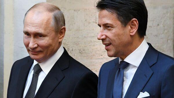 Президент РФ Владимир Путин и председатель Совета министров Италии Джузеппе Конте на церемонии официальной встречи у дворца Киджи в Риме. 4 июля 2019