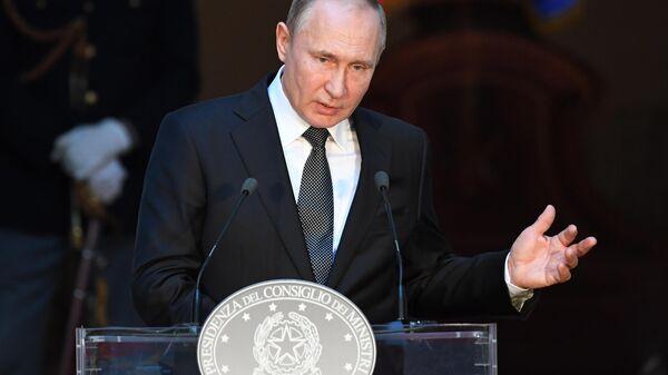 Президент РФ Владимир Путин на пресс-конференции по итогам российско-итальянских переговоров во дворце Киджи в Риме.  4 июля 2019.