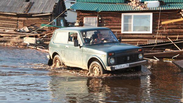 Автомобиль на улице города Тулун в Иркутской области, пострадавшего от паводка
