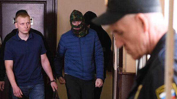 Задержанный Федеральной службой безопасности подозреваемый в государственной измене россиянин Александр Воробьев (второй слева) в Лефортовском суде Москвы