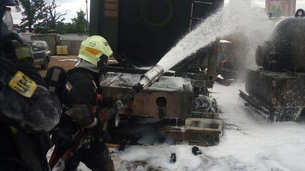 Сотрудники МЧС во время ликвидации пожара на АЗС около ТРЦ Новомосковский. 5 июля 2019