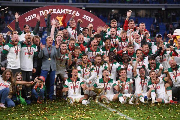 Игроки Локомотива  на церемонии награждения