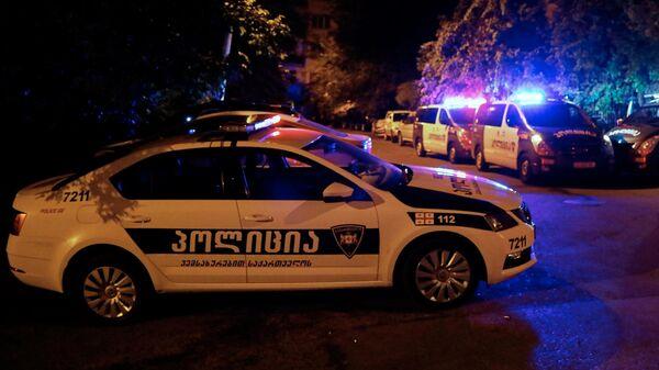 Полицейские автомобили неподалеку от здания телеканала Рустави 2 в Тбилиси