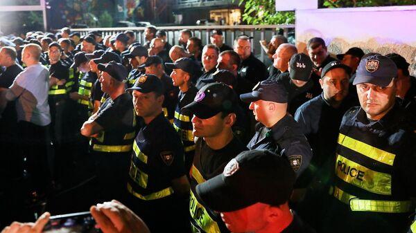 Сотрудники полиции во время стихийной акции против телеканала Рустави 2 в Тбилиси. 8 июля 2019