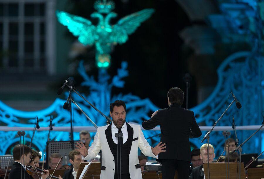 Солист Мариинского театра Ильдар Абдразаков (бас) выступает на гала-концерте Классика на Дворцовой в Санкт-Петербурге