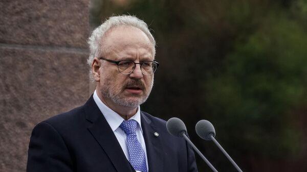Президент Латвии Эгилс Левитс выступает перед жителями перед церемонией возложения цветов к памятнику Свободы в день своей инаугурации