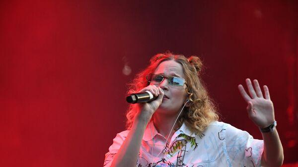 Певица Монеточка выступает на фестивале Боль в культурном центре ЗИЛ в Москве
