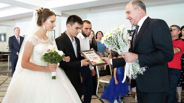 Глава КЧР вручил медаль За любовь и верность 25 супружеским парам