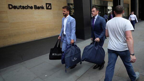 Мужчины выходят из здания офиса Deutsche Bank в Лондоне. 8 июля 2019