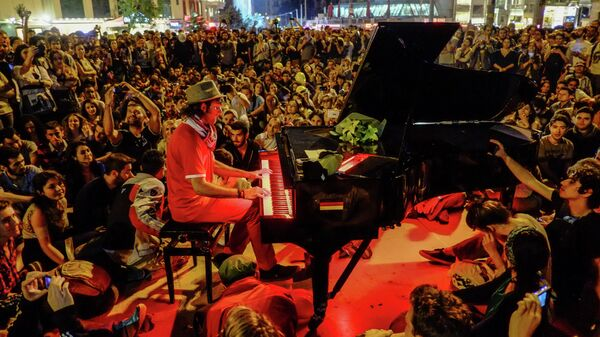 Мужчина играет на пианино для протестующих на площади Таксим в Стамбуле